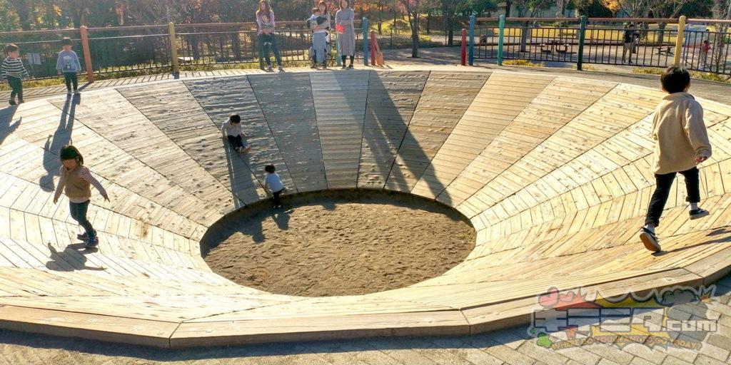 長良公園の蟻地獄的な遊具