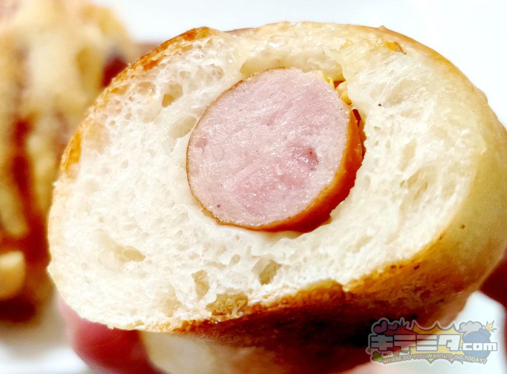 本格ソーセージの入ったパン。すみっこベーカリー