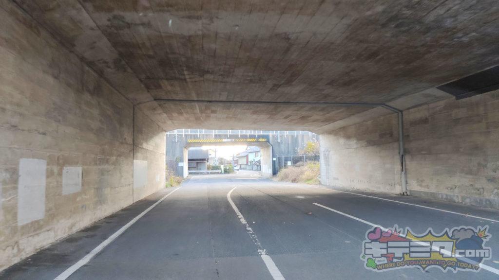 コストコ岐阜羽島倉庫店への最速ルートは高速道路高架下トンネルをくぐる。