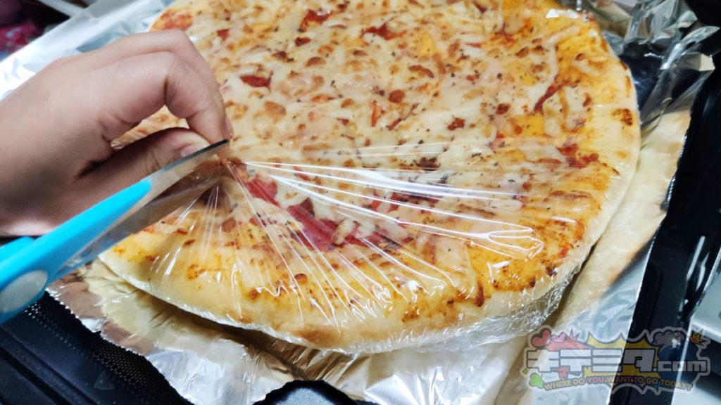 ビニールを切られる、カネスエKanesue500円本格ピザ